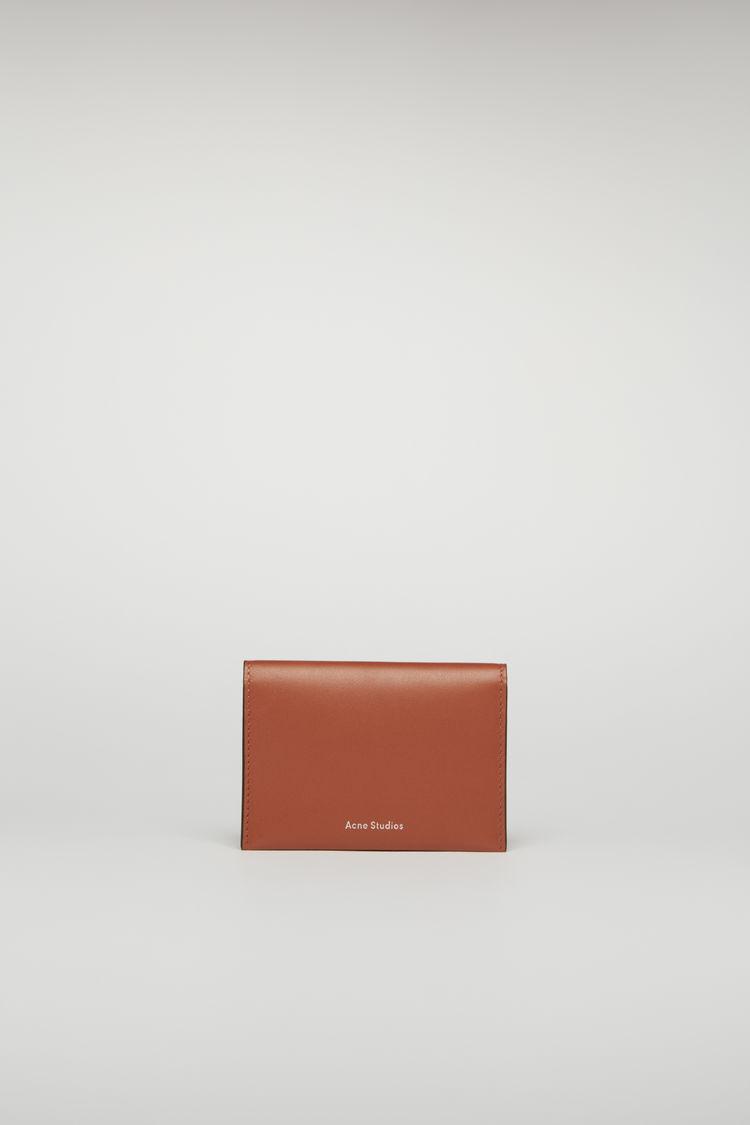 아크네 스튜디오 로고 카드지갑 - 아몬드 브라운 Acne Studios Bifold cardholder almond brown