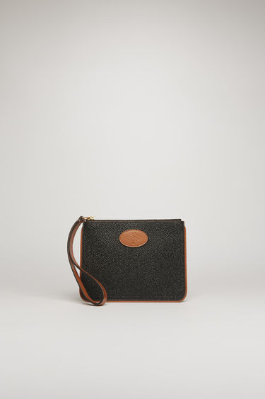 Acne Studios launches a collection of bags and accessories with Mulberry. The Pouch M Scotch grain is accented with a co-branded leather zip puller and framed with brown leather piping.