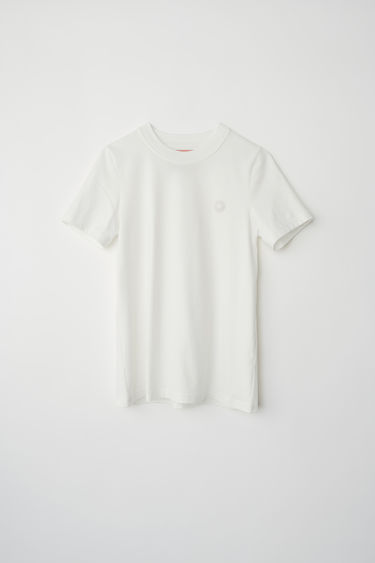 Acne Studios Blå Konst white t-shirt shaped for a slim fit and finished with a rubber logo patch on the chest.
