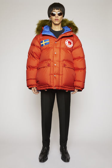 Acne Studios Expedition M A/F deep orange is an oversized, reversible version of the classic Expedition jacket, updated with luxury finishes. This reversible jacket is a collaboration between Fjällräven and Acne Studios, with co-branded details and original Fjällräven down filling.
