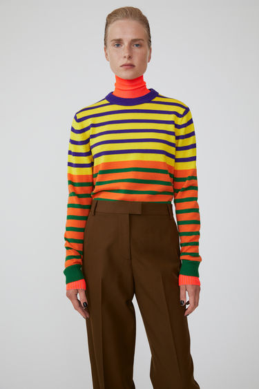 Acne Studios launches an exclusive range with Swedish artist Jacob Dahlgren. As part of the collaboration, the yellow multi sweater is finely knitted from wool and patterned with horizontal stripes.