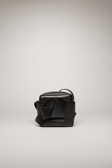 Acne Studios Musubi Camera black is a cross-body bag featuring a wide knot detail based on the traditional Japanese obi sash.