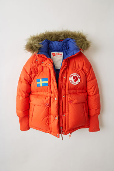 Acne Studios Expedition W A/F deep orange is an oversized, cropped version of the classic Expedition jacket, updated with luxury finishes. This reversible jacket is a collaboration between Fjällräven and Acne Studios, with co-branded details and original Fjällräven down filling.