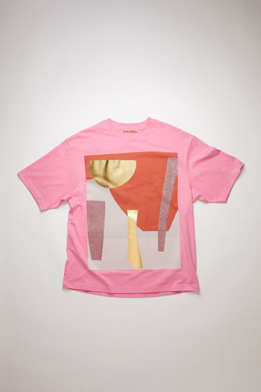 Acne Studios presents a series of unisex t-shirts, created in collaboration with artist Daniel Silver. This multi pink t-shirt features an abstract collage that's assembled by hand, using fragments of metallic and glitter-coated fabrics. It's crafted to an oversized silhouette with a ribbed crew neckline and dropped shoulders.
