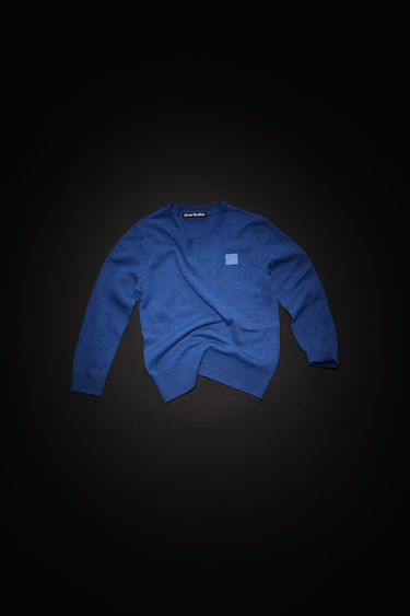 Acne Studios children's dusty blue crew neck sweater is made from wool with a face logo patch and ribbed details.