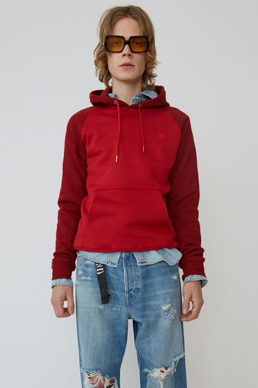 Acne Studios Blå Konst cardinal red two-tone hooded sweatshirt with a relaxed fit and raglan sleeves.