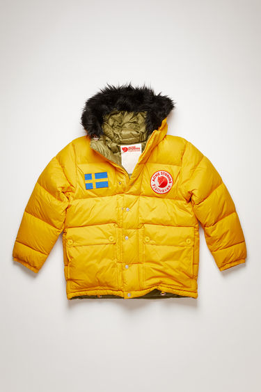 Acne Studios Expedition M A/F sunflower yellow is an oversized, reversible version of the classic Expedition jacket, updated with luxury finishes. This reversible jacket is a collaboration between Fjällräven and Acne Studios, with co-branded details and original Fjällräven down filling.