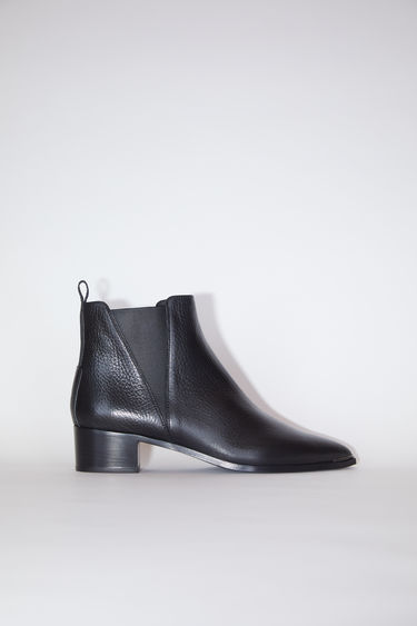 Acne Studios Jensen Grain black boots offer a contemporary take on the classic Chelsea boots. They're crafted to a pointed toe from calf leather and accented with silver-tone hardware and block heels.