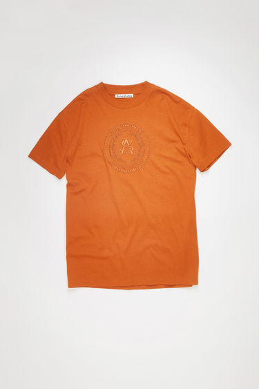 Acne Studios cognac brown crew neck t-shirt is made of cotton and features an embroidered design.