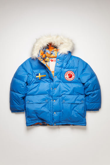 Acne Studios Expedition Print M A/F blue is an oversized version of the classic Expedition jacket, updated with luxury finishes. This reversible print jacket is a collaboration between Fjällräven and Acne Studios, with co-branded details and original Fjällräven down filling.