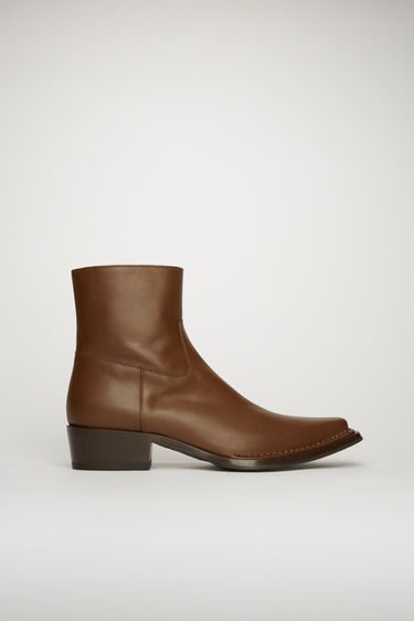Acne Studios dark brown boots offer a contemporary take on the traditional cowboy boots. Crafted from grain leather, they sit on a stacked heel and feature a stitched vamp panel.
