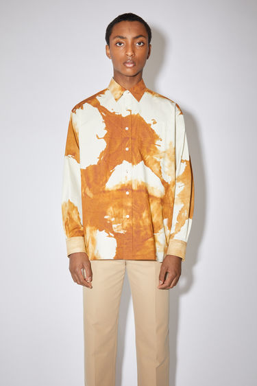Acne Studios spice brown oversized tie-dye shirt is made of a cotton blend with a relaxed fit.