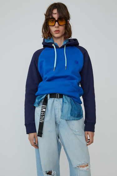 Acne Studios Blå Konst ocean blue two-tone hooded sweatshirt with a relaxed fit and raglan sleeves.