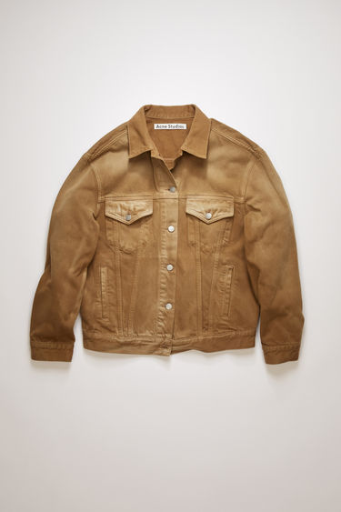 Acne Studios 2000 RF Beige jacket is crafted from organic cotton twill that's washed to give a worn-in finish. It's cut for a relaxed fit with slightly dropped shoulder seams and has an array of slip and patch pockets. This item is individually crafted, therefore, the colour may slightly differ from the images shown.