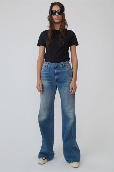 Acne Studios Blå Konst mid blue workwear trousers are cut with a high-rise and detailed with a hammer loop and squared back pockets. They can be sized up for a more relaxed fit.