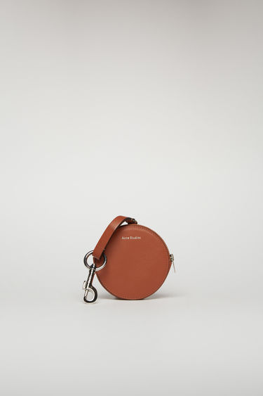 Acne Studios almond brown coin purse is crafted from smooth leather and comes equipped with a branded lobster clasp that can be attached to bags and belt loops.