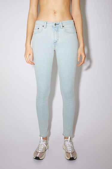 Acne Studios Blå Konst Climb light blue are skinny fit, 5-pocket jeans with an ankle length and mid waist.