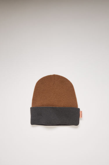 Acne Studios beige/grey beanie is knitted from wool in a ribbed pattern and can be worn in both ways, providing two styles in one.
