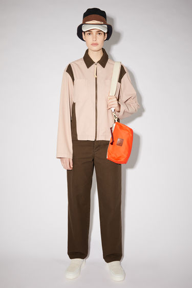 Acne Studios powder pink/dark brown lightweight workwear-inspired jacket is made of an organic cotton twill and features a contrasting collar and side panels.