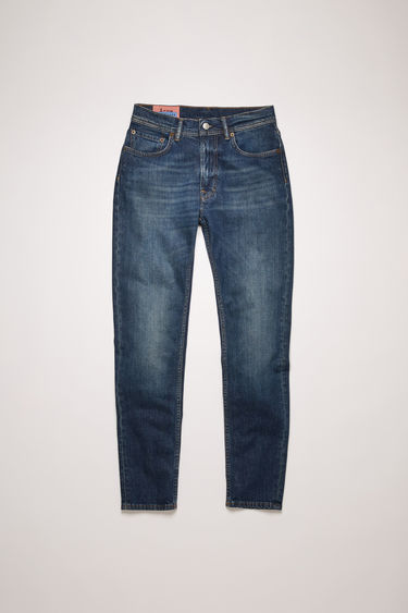 Acne Studios Blå Konst Melk Dark Blue jeans are cut to sit high on the waist and shaped to a slim, tapered silhouette.