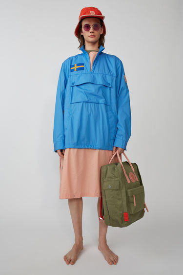 Acne Studios Anorak W A/F blue is a hybird between a water repellant jacket and an anorak shirt. Made from thin, strong materials with a flourcarbon free, water repellant finish. A collaboration between Fjällräven and Acne Studios, with co-branded details.