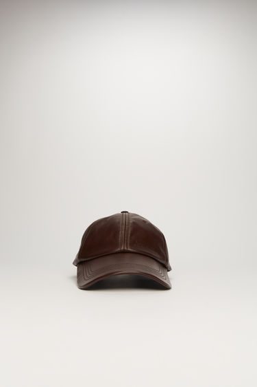 Acne Studios cognac brown leather cap is crafted to a six-panel design and has a debossed logo across the front and an adjustable buckle strap at the back.
