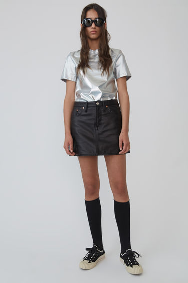 Acne Studios Blå Konst black leather mini skirt is crafted with lamb leather with a high-rise and shaped to an A-line silhouette.