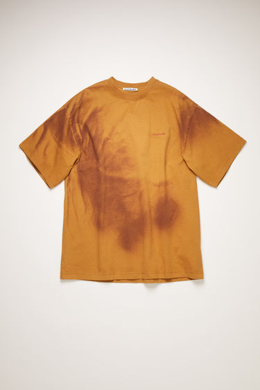 Acne Studios rust orange t-shirt is made from organic cotton and spray-painted like a tie-dye design. It's cut for an oversized fit and has slightly flared sleeves and a raised logo across the chest. The pattern and colour of this item may slightly differ from the images shown.