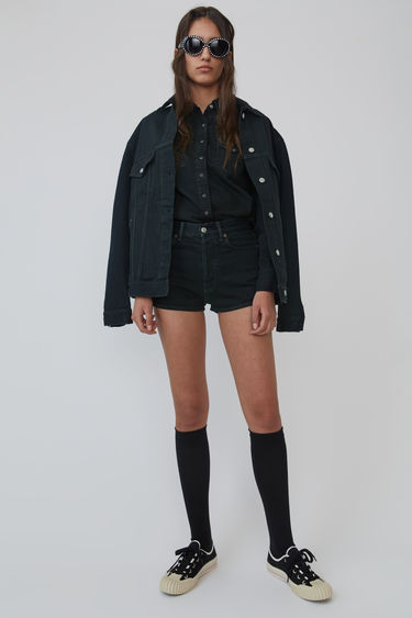 Acne Studios 2000 Black Overdye denim jacket is shaped for an oversized fit and finished with tonal topstitching.This style is designed for an oversized fit.