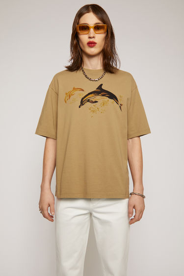 Acne Studios light brown t-shirt is crafted from organically grown cotton to a relaxed silhouette with dropped sleeves and features a print of dolphins in rich tonal colours. With every purchase of this item, Acne Studios makes a donation towards MareCet, a grassroots marine conservation organisation that helps protect critically endan- gered species of similar descent and their vulnerable habitats.