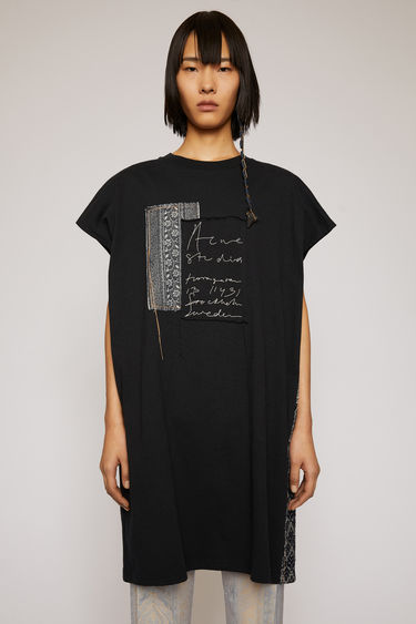 Acne Studios black sleeveless top is cut to an oversized fit and mended with jacquard patches to enhance a well-worn look. It shaped with a ribbed crew neck and features a handwritten logo embroidered on the front.